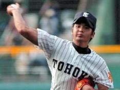 2005年、夏の甲子園大会で力投するOBの高山投手です